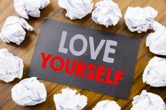 Handschrifttexttitel, der Liebe sich zeigt Geschäftskonzept für positiven Slogan für Sie geschrieben auf klebriges Briefpapier au Lizenzfreie Stockbilder