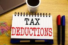 Handschrifttexttitel, der Steuerabzüge zeigt Geschäftskonzept für Finanzden ankommenden Steuer-Geld-Abzug geschrieben auf Notizbu Lizenzfreie Stockbilder