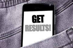 Handschrifttexttitel-Inspirationsvertretung erhalten Ergebnisse Geschäftskonzept für Achieve Ergebnis geschriebenen Mobilhandy mi Lizenzfreie Stockbilder