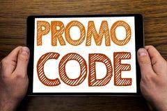 Handschrifttexttitel Promo-Code Geschäftskonzept für Förderung für das on-line-Geschäft geschrieben auf Tablettenlaptop, hölzerne Lizenzfreies Stockbild