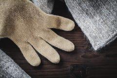 Handschuh auf Wollestrickjacke lizenzfreies stockfoto
