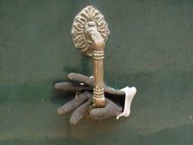 Handschuh im Türgriff lizenzfreie stockfotografie
