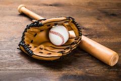 Handschuh mit Baseball und Schläger Lizenzfreies Stockfoto
