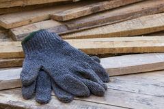 Handschuhe auf Holztisch Lizenzfreies Stockfoto