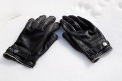 Handschuhe auf Schnee Stockfotos