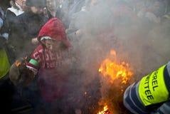 Handschuhe brennen, während eine Rolle ein Faß fallenläßt Stockfotos