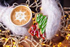 Handschuhe der Kaffee- und Weihnachtsplätzchen in der Hand Lizenzfreie Stockfotografie