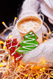 Handschuhe der Kaffee- und Weihnachtsplätzchen in der Hand Stockbild