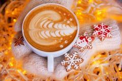 Handschuhe der Kaffee- und Weihnachtsplätzchen in der Hand Stockfotografie