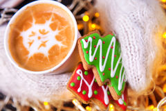 Handschuhe der Kaffee- und Weihnachtsplätzchen in der Hand Lizenzfreies Stockfoto