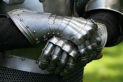 Handschuhe eines Ritters in der Rüstung Lizenzfreies Stockfoto