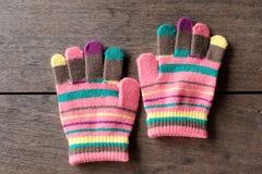 Handschuhe für Baby auf altem hölzernem stockfotografie
