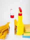 Handschuhe, Lappen, Schwamm und Reinigungssprüher lizenzfreie stockfotos