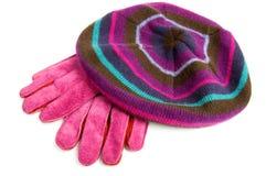 Handschuhe und Barett getrennt auf Weiß Stockfoto