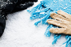 Handschuhe und ein Schal über dem Schnee lizenzfreie stockbilder