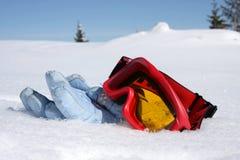 Handschuhe und Skigläser liegen ein, um zu schneien Stockfotos