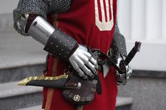Handschuhe und Waffen eines Ritters Lizenzfreie Stockbilder