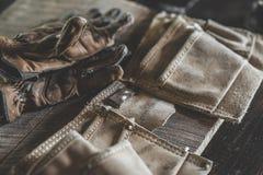 Handschuhe und Werkzeuggurt Stockbild