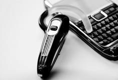 Handsfree bluetoothhoofdtelefoon en mobiele telefoon Stock Afbeelding