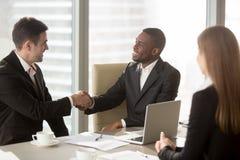 Handshake in bianco e nero degli uomini d'affari alla riunione, facente succe fotografie stock libere da diritti