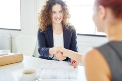 Handshake between businesswomen Royalty Free Stock Image