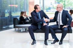 Handshake dei soci commerciali dopo la firma del contratto immagini stock