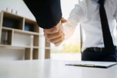 Handshake del reclutatore della risorsa umana con il candidato fotografia stock