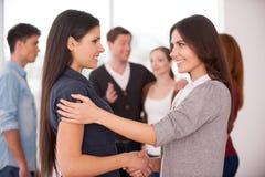 Handshake delle donne. fotografia stock libera da diritti