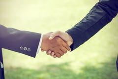 handshake Ja jest wspólnym zgodą pracować W ogródzie zdjęcie stock