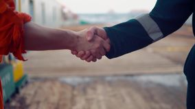 Handshake marino dell'uomo d'affari dell'appaltatore con il lavoratore sulla nave archivi video