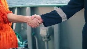 Handshake marino dell'uomo d'affari dell'appaltatore con il lavoratore sulla nave stock footage