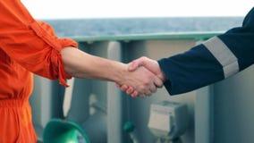Handshake marino dell'uomo d'affari dell'appaltatore con il lavoratore sulla nave video d archivio