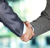Handshake mellan två kollegor Arkivbilder