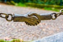 handshake Ogrodzenie w parku obrazy stock