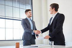 Handshake between to business people Royalty Free Stock Image
