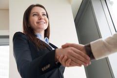 Handshakin костюма красивой успешной молодой коммерсантки нося Стоковая Фотография RF