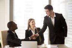 Handshaking Афро американский и кавказский жизнерадостный бизнесменов на Стоковые Изображения