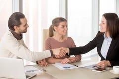 Handshaking бизнесмена и коммерсантки на деловой встрече si Стоковое Фото