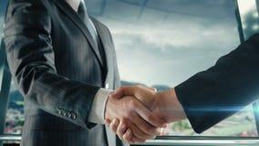 Handshaking бизнесмена на важной встрече в Инсбруке акции видеоматериалы
