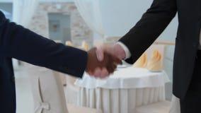 Handshaking 2 бизнесменов видеоматериал