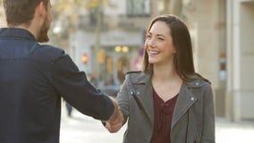 Handshaking женщины и человека в улице сток-видео