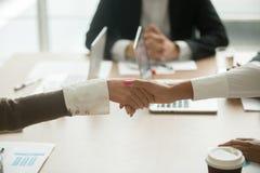 Handshaking коммерсанток на групповой встрече, силе женщин в busin Стоковые Фотографии RF