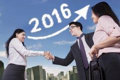 Handshaking работников с предпосылкой 2016 Стоковые Изображения