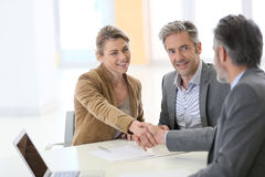 Handshaking советника пар и банка Стоковые Изображения RF