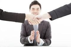 Handshaking с аплодировать бизнесмена Стоковые Изображения
