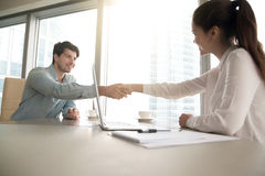 Handshaking человека и женщины на офисе, деловой встрече, inte работы Стоковое фото RF