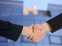 Handshaking architettonico davanti a costruzione Immagini Stock