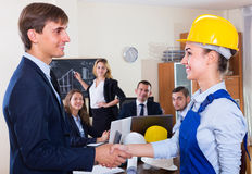 Handshaking av chefen och anställd Royaltyfri Fotografi