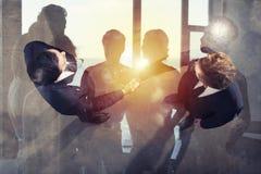 Handshaking biznesowa osoba w biurze Pojęcie praca zespołowa i partnerstwo podwójny narażenia zdjęcie royalty free
