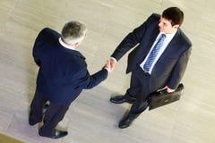 Handshaking degli uomini Immagine Stock